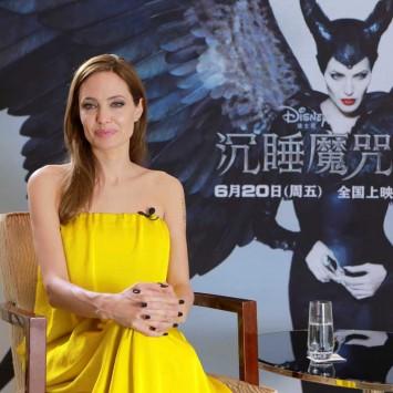 #安吉丽娜-朱莉出席《沉睡魔咒》上海记者会 黑色V领修身连衣裙大秀性感身姿