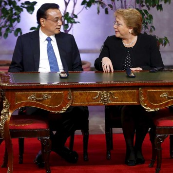 Chile's President Bachelet talks to Chinese Premier Li Keqiang during a signing ceremony at the government palace