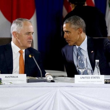 Obama talks with Turnbull at a meeting with Trans-Pacific Partnership leaders, alongside the APEC Summit in Manila
